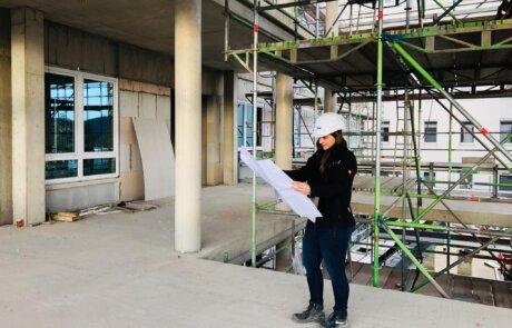 Sandra Rohländer als Bauleiterin bei der Arbeit