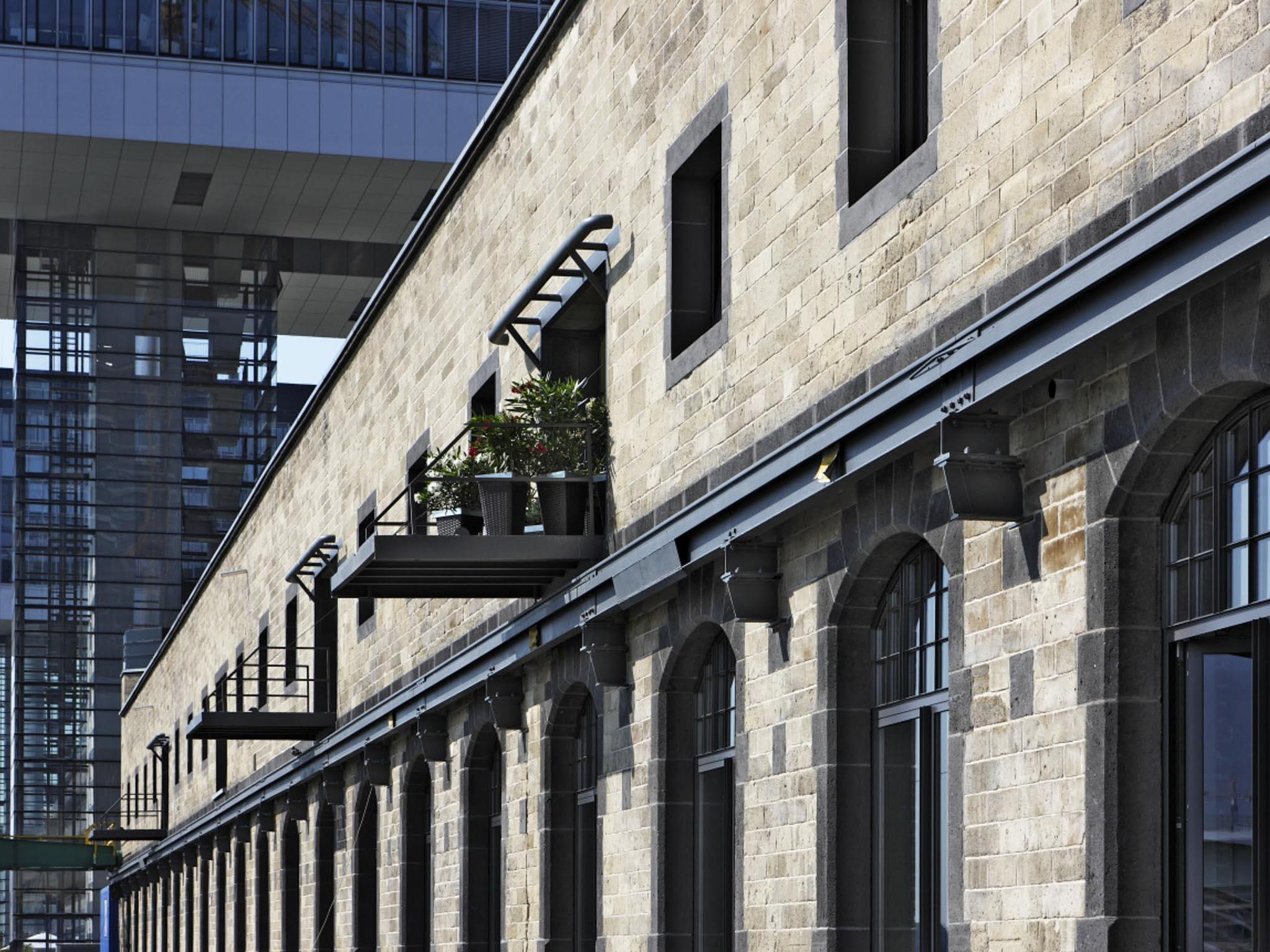 Fassade modernisierter Kontoren am Kölner Zollhafen