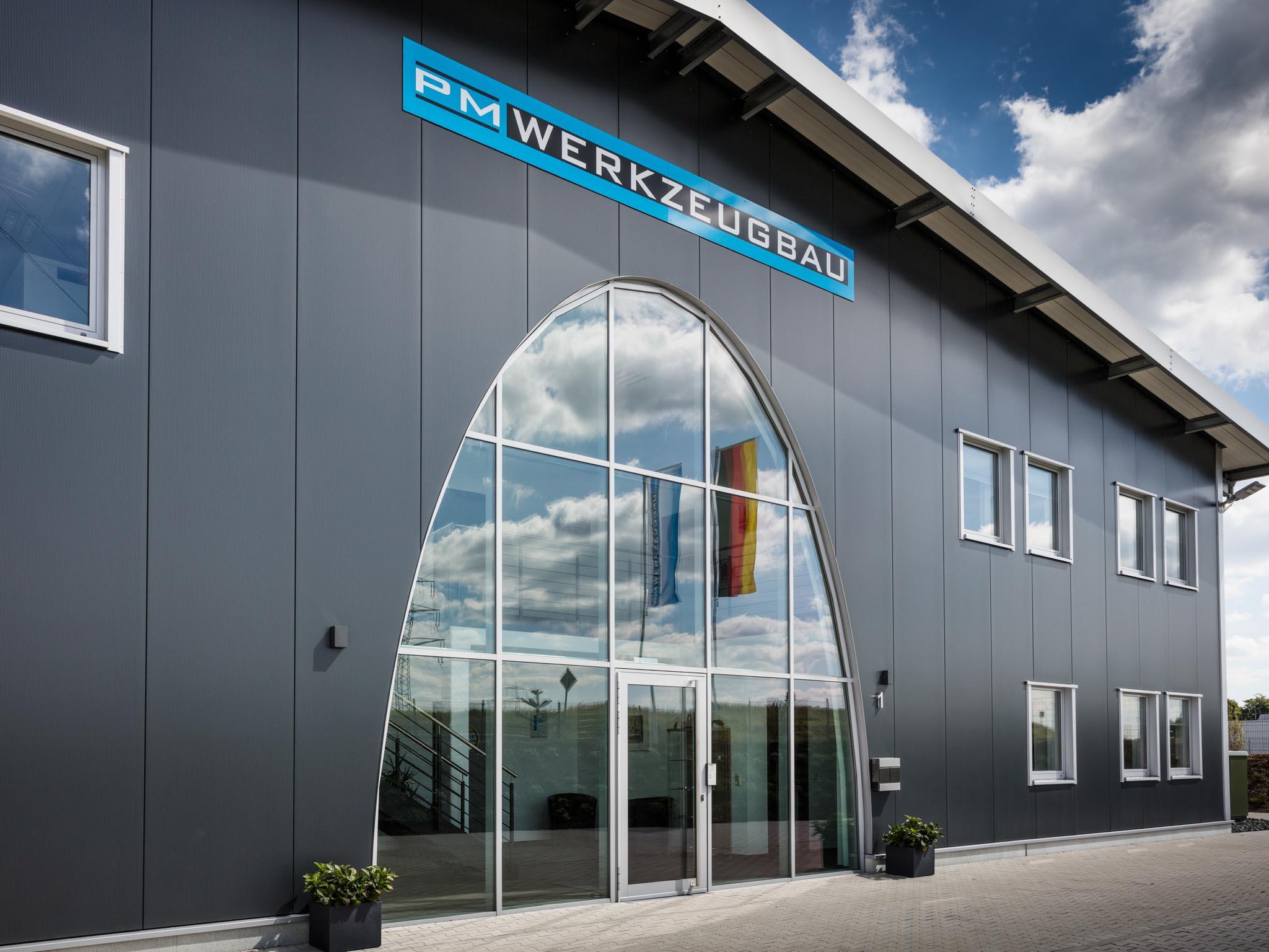 Fassade einer modernisierten Firmenanlage