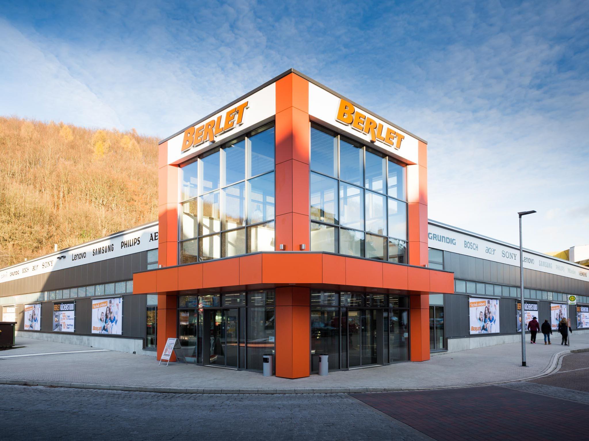 Firmengebäude mit orangenen Eingangsbereich