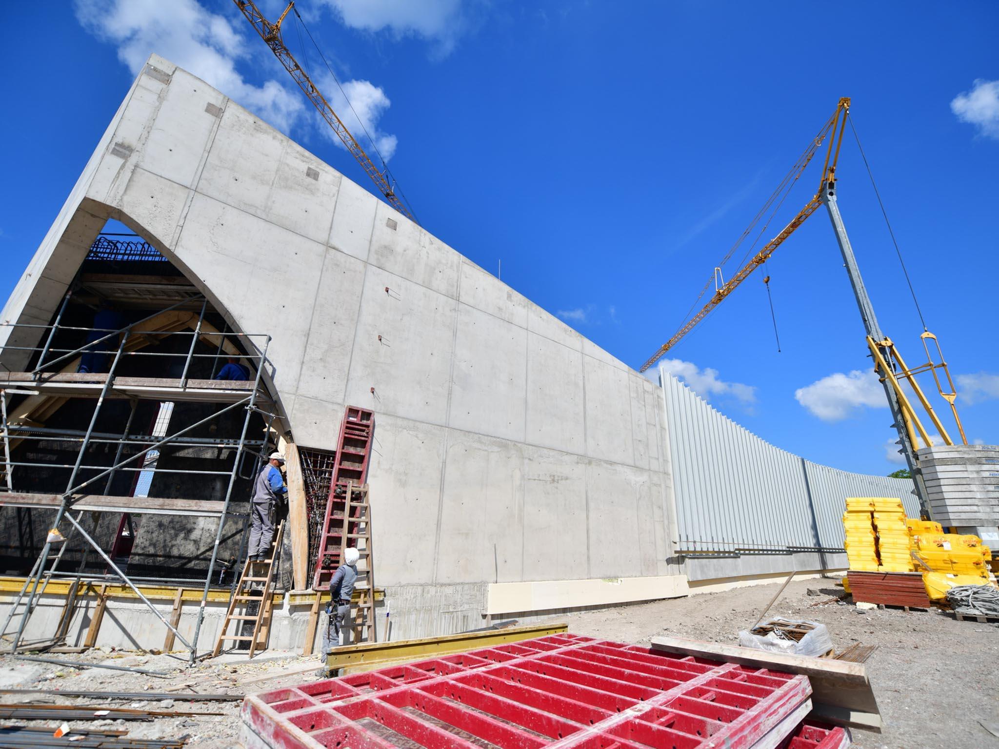 Betonfassade eines Firmengebäudes in der Konstruktion