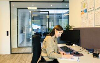 Mitarbeiterin am Schreibtisch