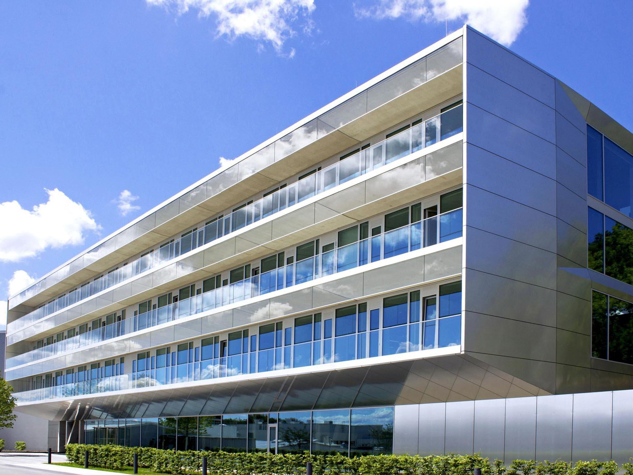 Moderene Fassade eines Bürogebäudes von Verfuß
