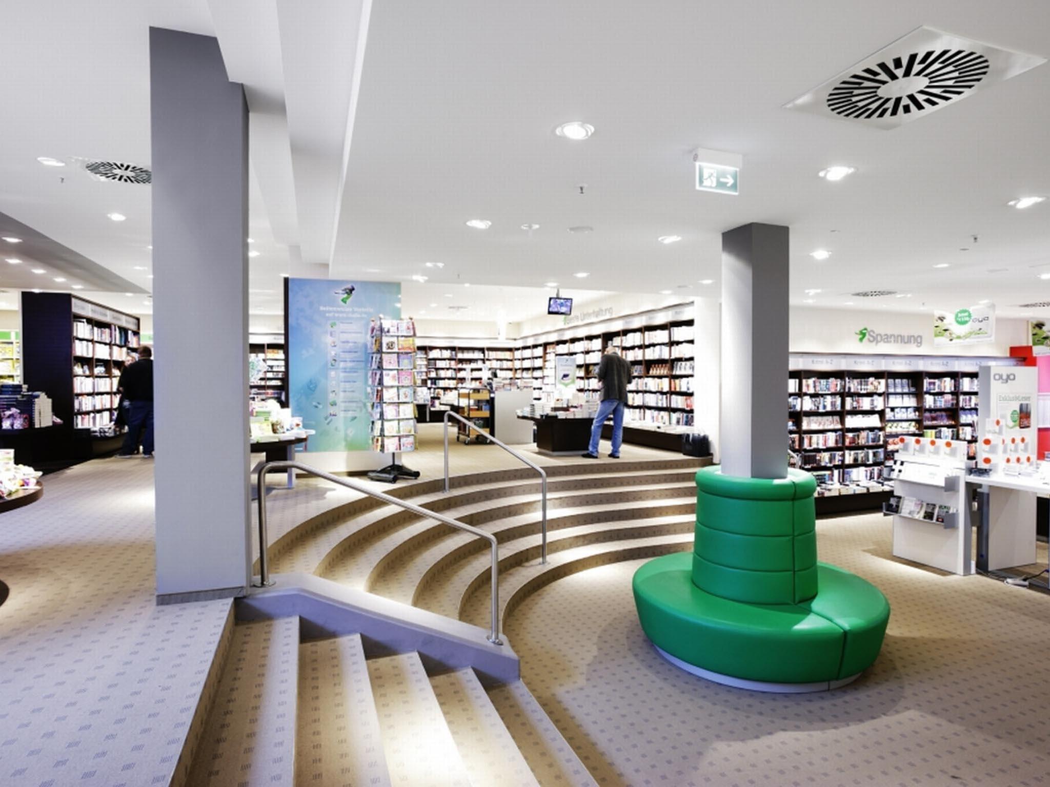 moderner Verkaufsraum eines Buchladens