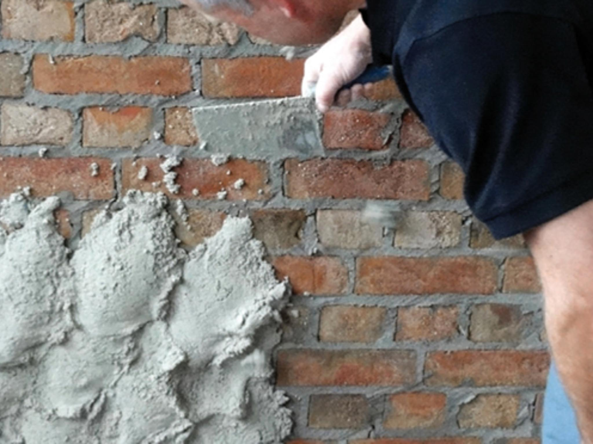 Sperrputz auf einer alten Ziegelmauer
