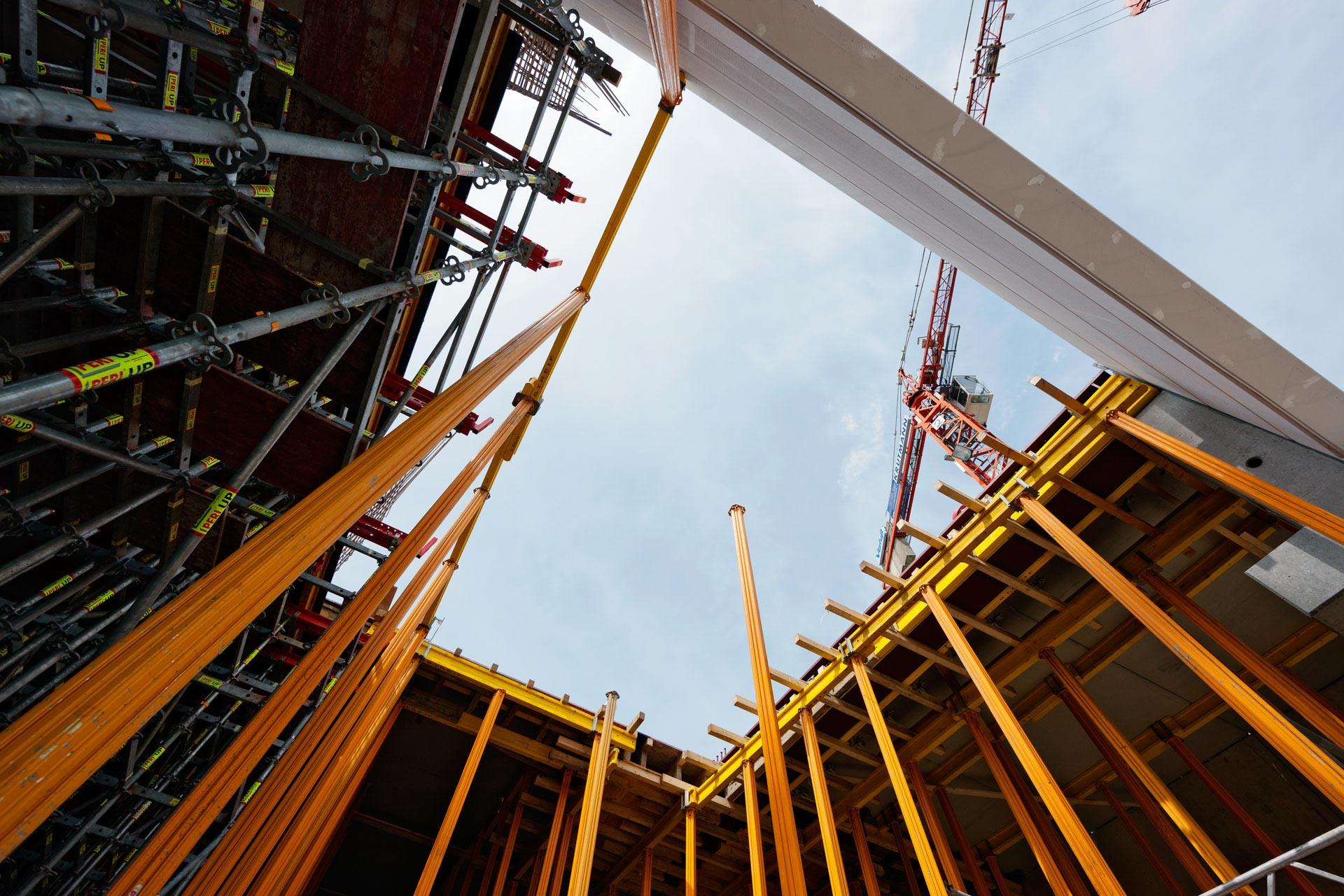 Baugerüste einer Großbaustelle mit Baukran eines Massivbaus