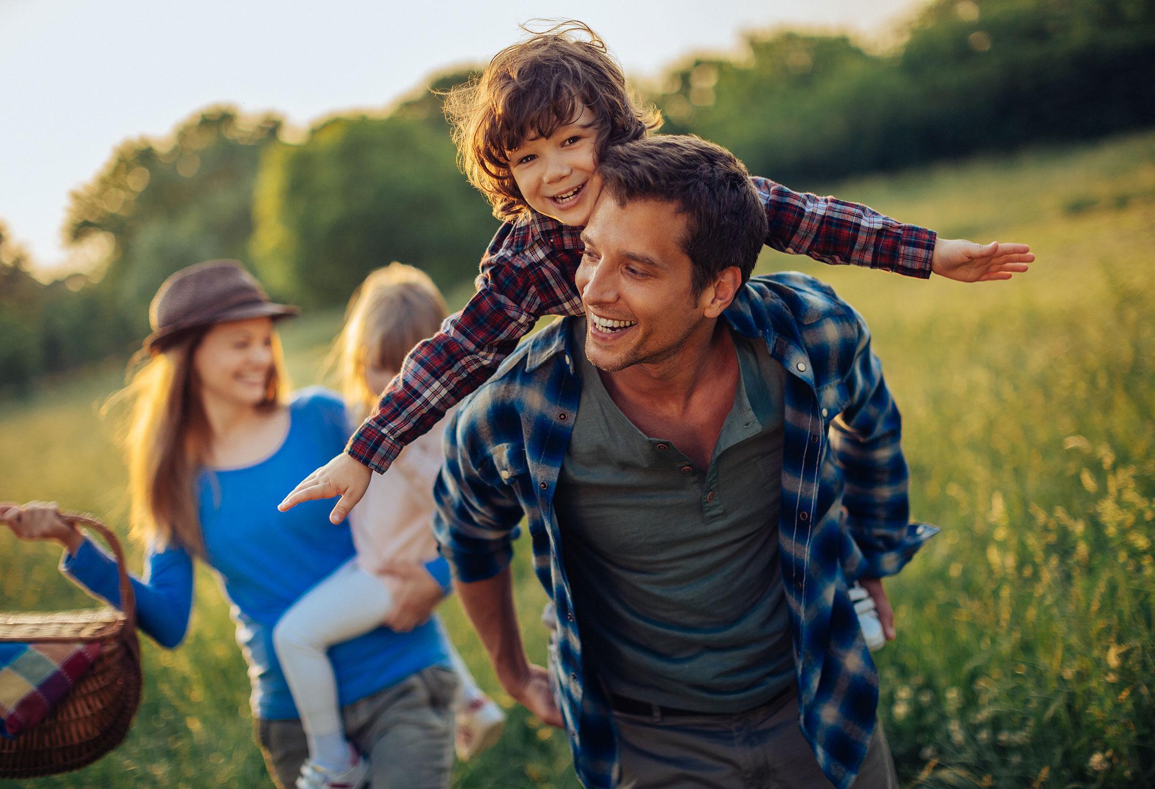 Familie auf dem Weg zum Picknick